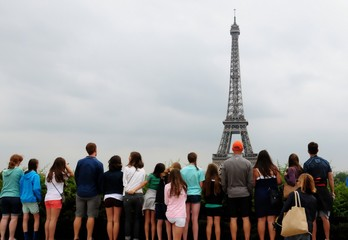 Fotobehang Eiffeltoren Group of people standing ans looking at Eiffel Tower