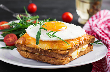Photo sur Aluminium Snack Breakfast. French cuisine. Croque madame sandwich close up on the table.