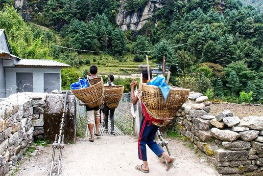 Brücken in Nepals Berge