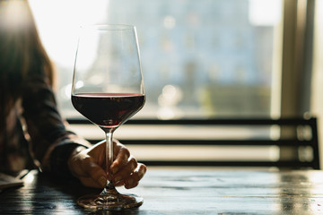 Papiers peints Alcool glass of red wine on table in restaurant