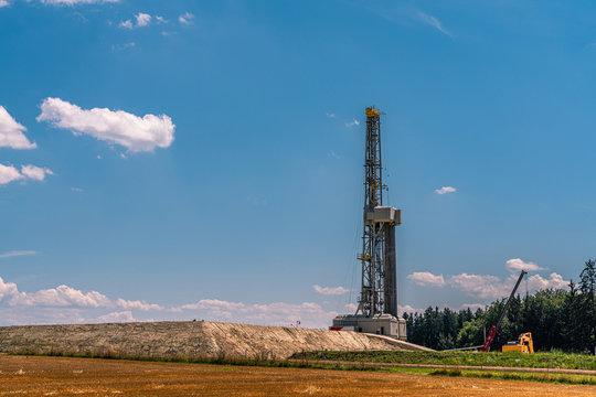 Fracking-Turm in idyllischer Landschaft