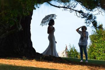 fotógrafa de bodas sacando una foto de una novia