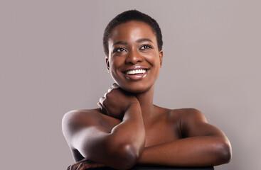 Fototapete - Closeup portrait of dreamy nude black woman over gray background