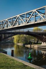 """Der """"Anhalter Steg"""" und die Brücke der U-Bahn kreuzen sich über dem Landwehrkanal in Berlin-Kreuzberg - Graffiti-Schmierereien wurden retuschiert"""