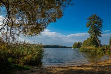 Badestelle an der Havel bei Heiligensee im Herbst