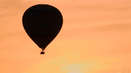 Poster Montgolfière / Dirigeable Silhouette of hot air balloon on sunrise