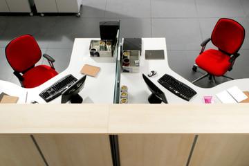 Ufficio con 2 postazioni di lavoro contrapposte
