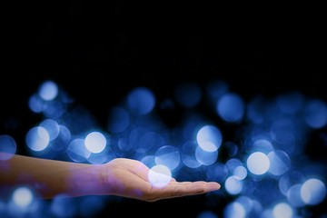 手のひらに浮かぶ青い玉ぼけ