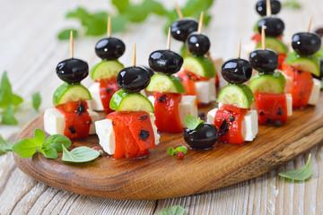 Fingerfood griechisch: Feta-Partyspießchen  mit gegrilltem, eingelegtem Paprika, Snackgurken und Oliven - Greek appetizers: Feta skewers with grilled and pickled red peppers, cucumbers and olives