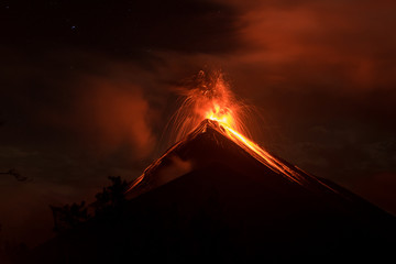 Stunning eruption of Volcano Fuego in Guatemala Fototapete