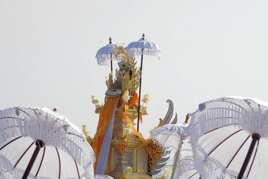 Lichtdurchflutete Weiße Bali-Schirme und religiöse Ausstattung bei einer Zeremonie