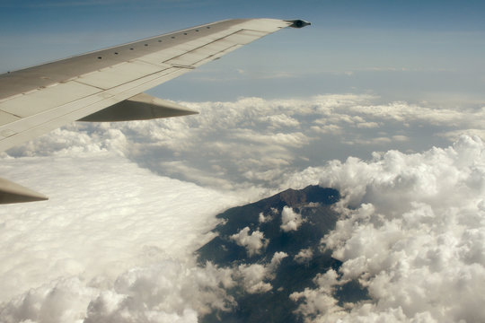 flug über den vulkan ijen in ostjava mit blick in den krater