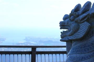 街を見守る像