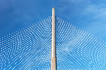 Fototapeta premium Lina i pylon nowoczesnego mostu wiszącego przeciw błękitne niebo. Budynek streszczenie tło