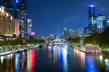 Fotomurales - The Yarra River and the Melbourne city at night .