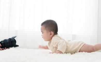 赤ちゃんの写真を撮るお母さん