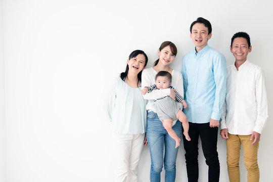 赤ちゃんと家族団らん