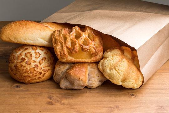 紙袋の中にいろいろなパンの種類 外国 bread cafe