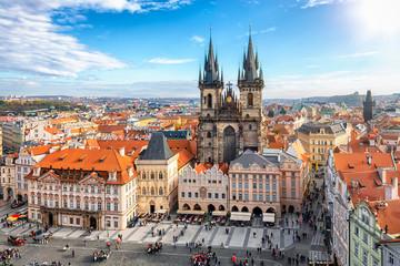 Blick auf die berühmte Marienkirche (Teynkirche) mit gothischer Architektur an einem sonnigen Tag im Herbst, Prag, Tschechien
