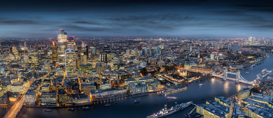 Fotomurales - Panorama der modernen Skyline von London: von den Wolkenkratzern der City zur Tower Bridge bis nach Canary Wharf am Abend