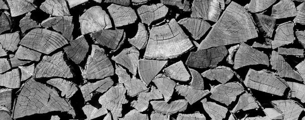 Poster de jardin Texture de bois de chauffage Brennholzstapel als Hintergrund und Textur in schwarz weiß