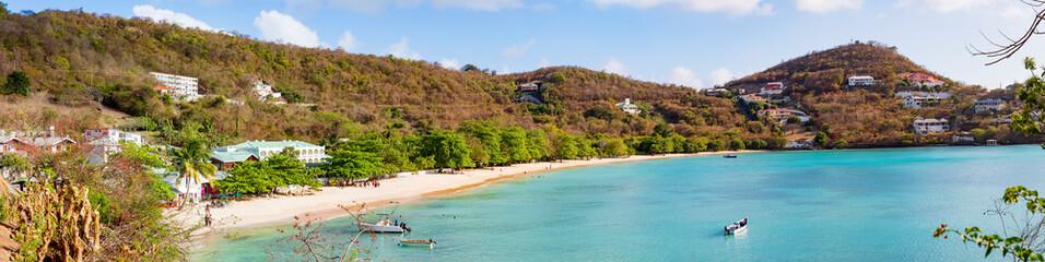 Grenada mit Ansicht auf die Morne Rouge Bay- ein Strand in der Karibik, Panorama.