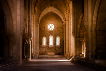 Photo sur Toile Lieu de culte Inside deserted Abbey