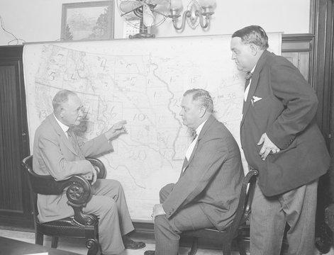 1924 Democratic Senatorial Campaign Committee at a map