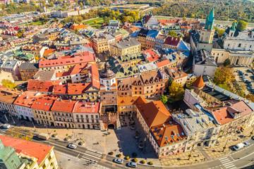 Brama Krakowska i stare miasto w Lublinie - widok z lotu ptaka. Krajobraz miasta z powietrza.