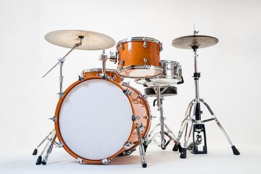 Gelbes Schlagzeug vor weißem Hintergrund