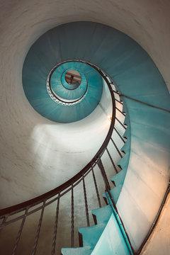 Türkisweiße Wendeltreppe im Leuchtturm