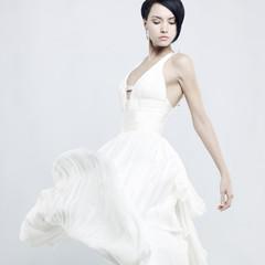 In de dag womenART Beautiful young lady in a billowing white dress