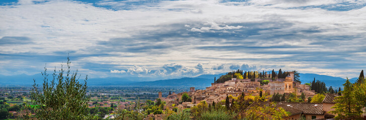 Panoramic view of Spello medieval hisitoric center and Umbria countryside with beautiful clouds above Fotoväggar