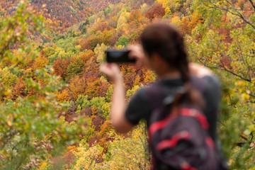 Mujer paseando y disfrutando del otoño