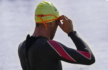 atleta di triathlon che si prepara per la frazione di nuoto