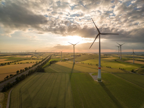 Windräder und Windpark an der Autobahn A44