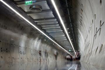 Keuken foto achterwand Smal steegje People motion blur in a walk way tunnel