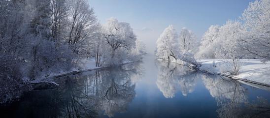 Foto auf Leinwand Himmelblau Winterlicher Loisachablauf