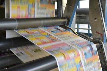 moderne rollenoffsetdruckmaschine in einer Zeitungsdruckerei // modern web offset printing press in a newspaper printing plant