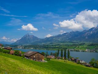 Blick auf den Sarnersee und die Alpen vom Dorf Giswill in der Schweiz
