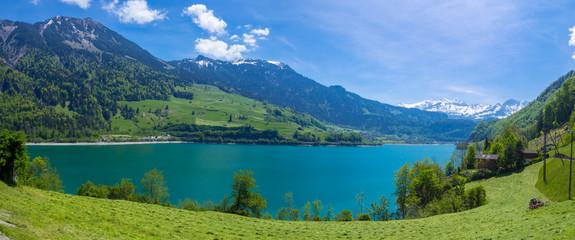 Panorama des Lungenersee in der Schweiz See mit Bergen