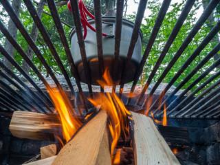 Kochen auf offenen Feuer draußen mit Kochtopf