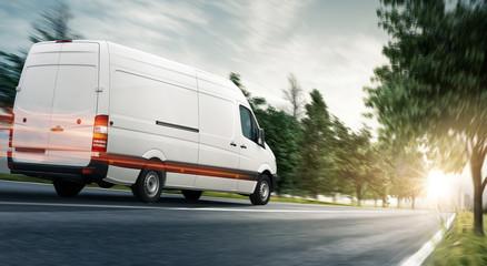Lieferwagen - van auf einer Landstraße