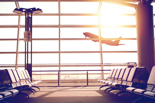 夕焼けの飛行場ロビーのソファ Dramatic sunlight Bench at lobby in the airport