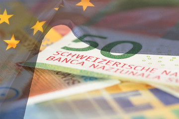 Geld Schweizer Franken und Flagge der Europäischen Union EU