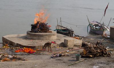 Pyres at Harishchandra Ghat, Varanasi, India Fototapete
