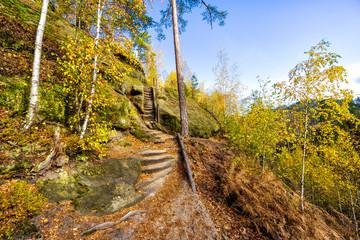 Aufstieg über ausgetretene Sandsteintreppe zum Marienfelsen (Marienaussicht)  in der Böhmischen Schweiz