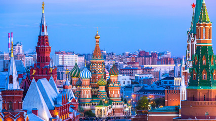 In de dag Oude gebouw St. Basil's Cathedral on Red Square in Moscow at night, Ancient Moscow St. Basil's Cathedral is the main tourist attraction of city, Russia.