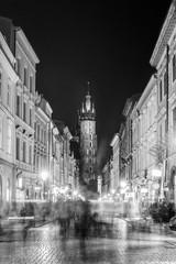 Fototapeta Bazylika Mariacka w Krakowie nocą z turystami na ulicy obraz