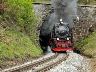 Dampflokomotive kommt aus einem Tunnel